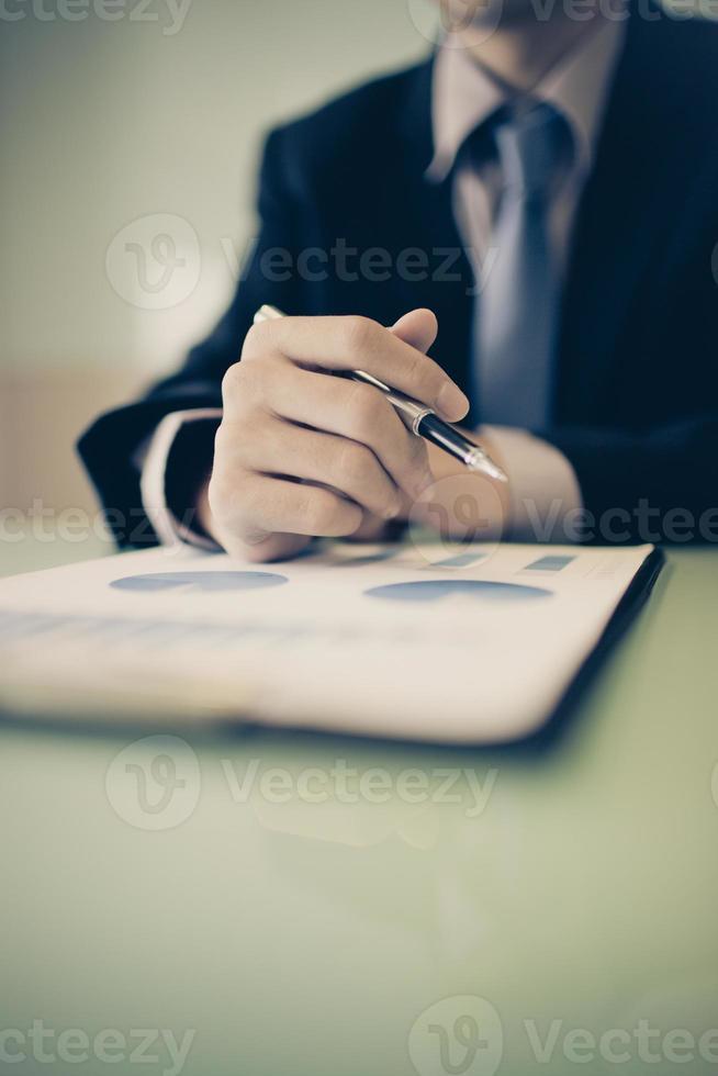 affärsrapport och manhand med pennan foto