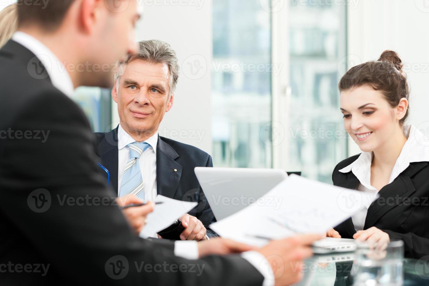 affärsmän - teammöte på ett kontor foto