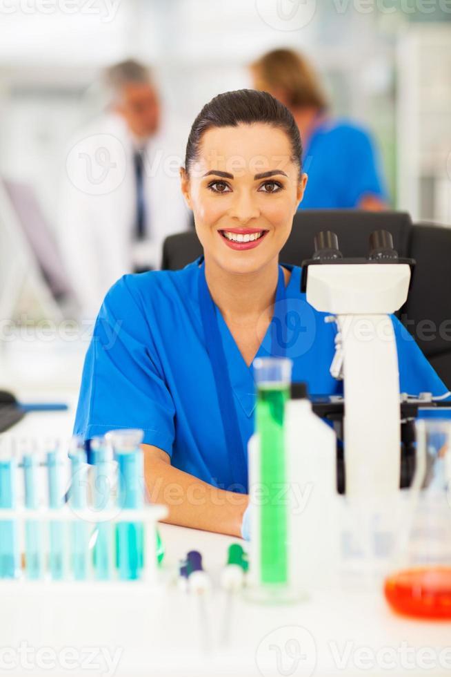 attraktiv medicinsk forskare i labb foto