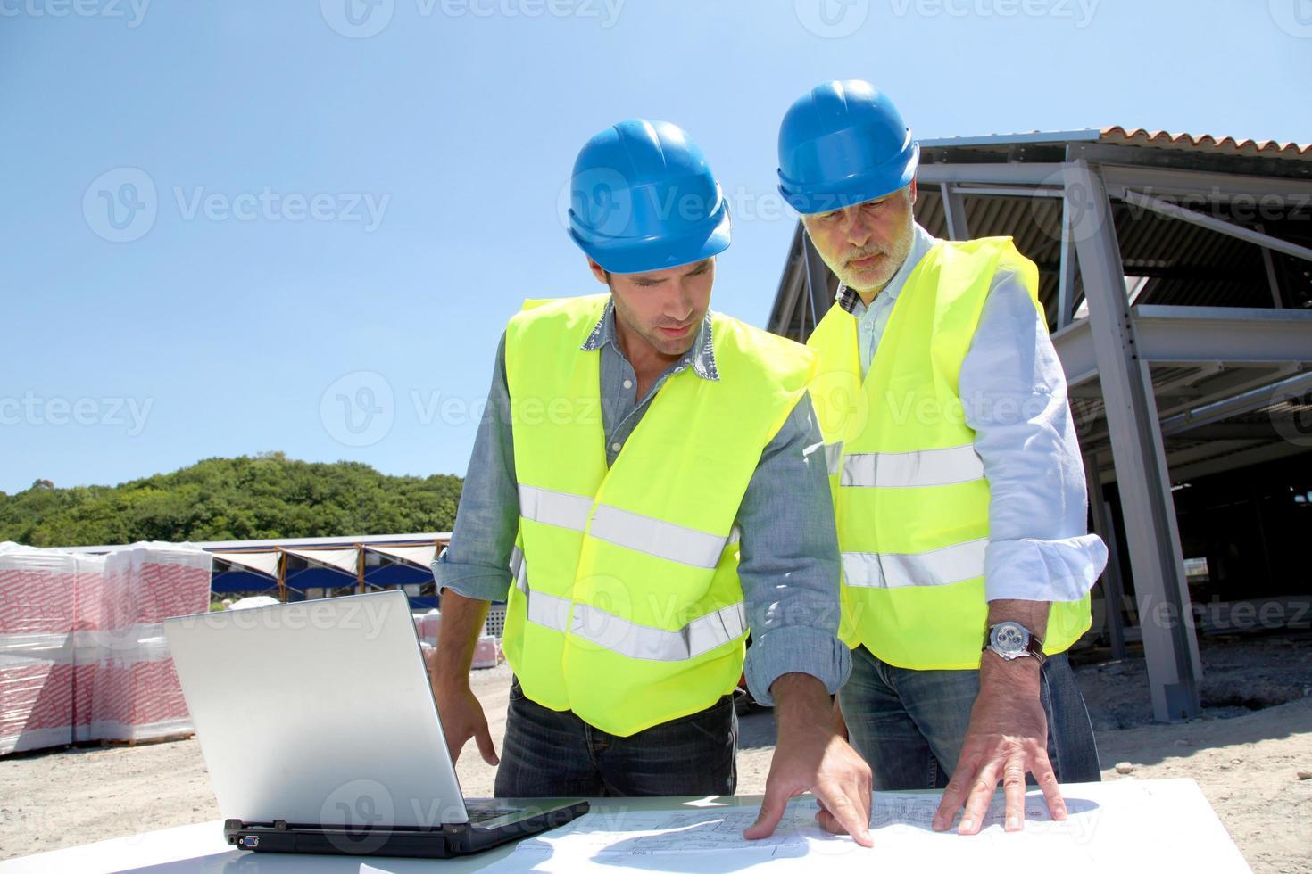 industrifolk som arbetar på byggarbetsplatsen foto