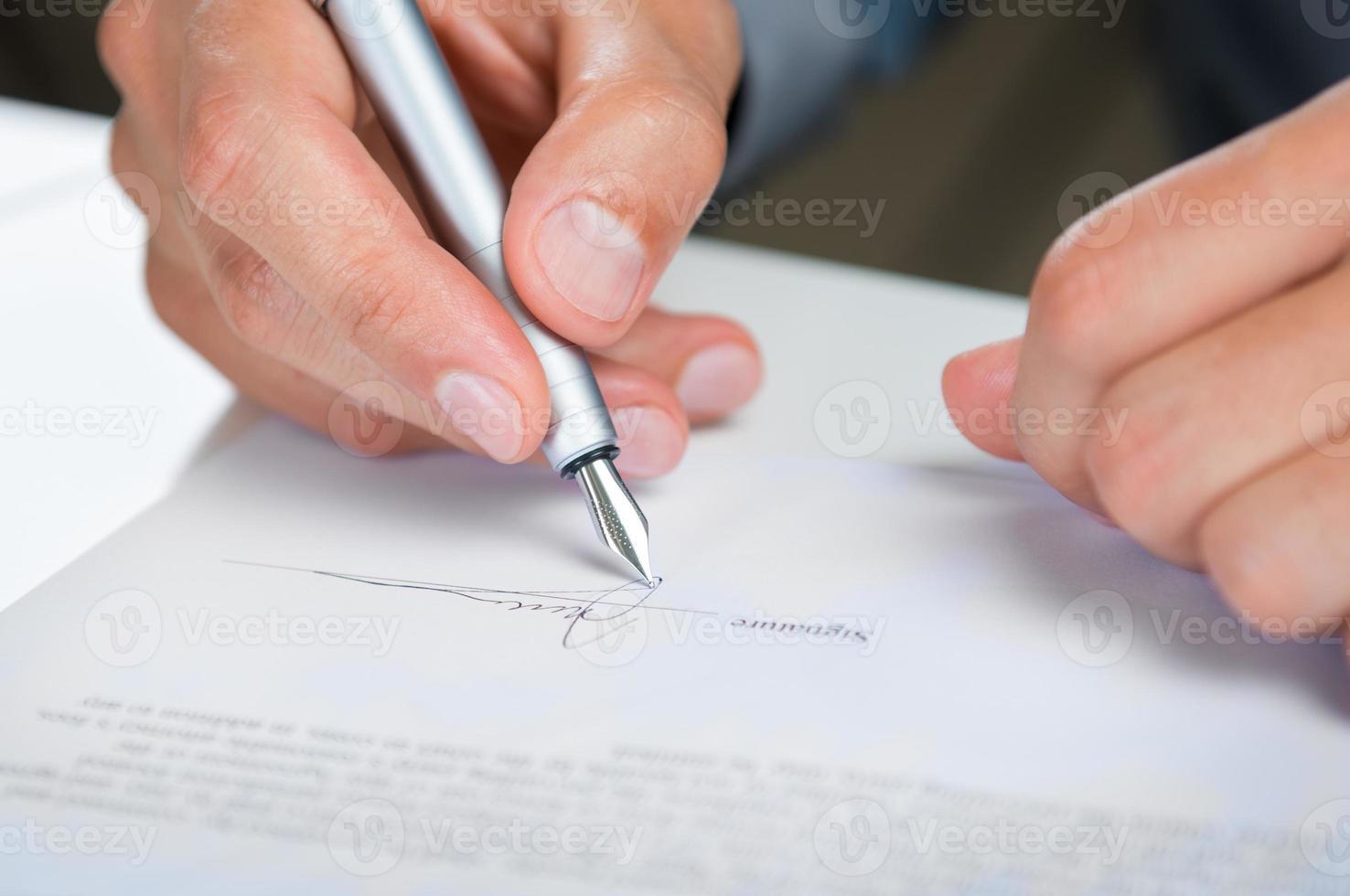 affärsman underteckna dokument foto