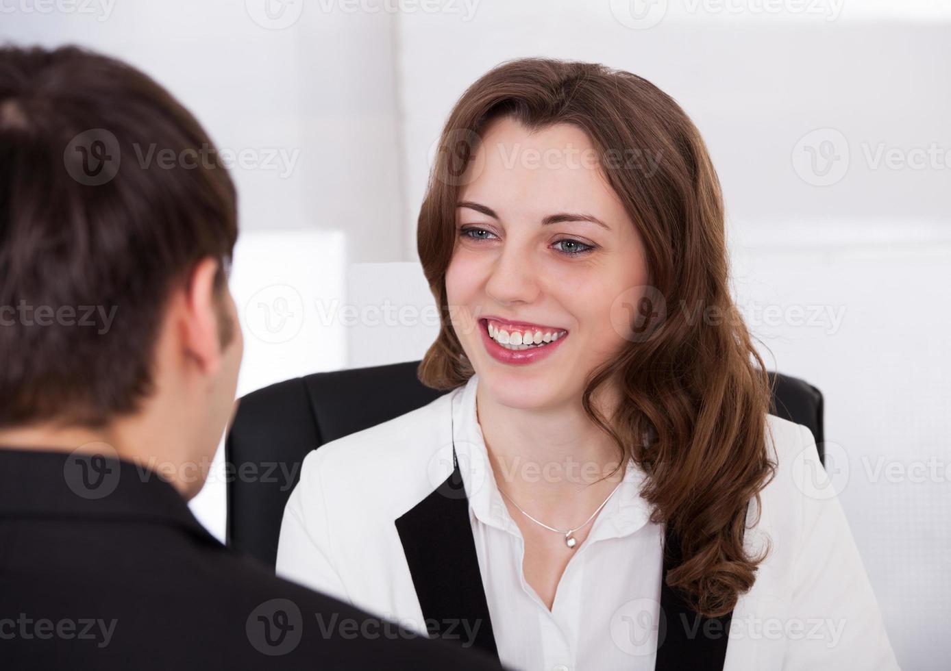 affärskvinna tittar på kandidaten under intervjun foto