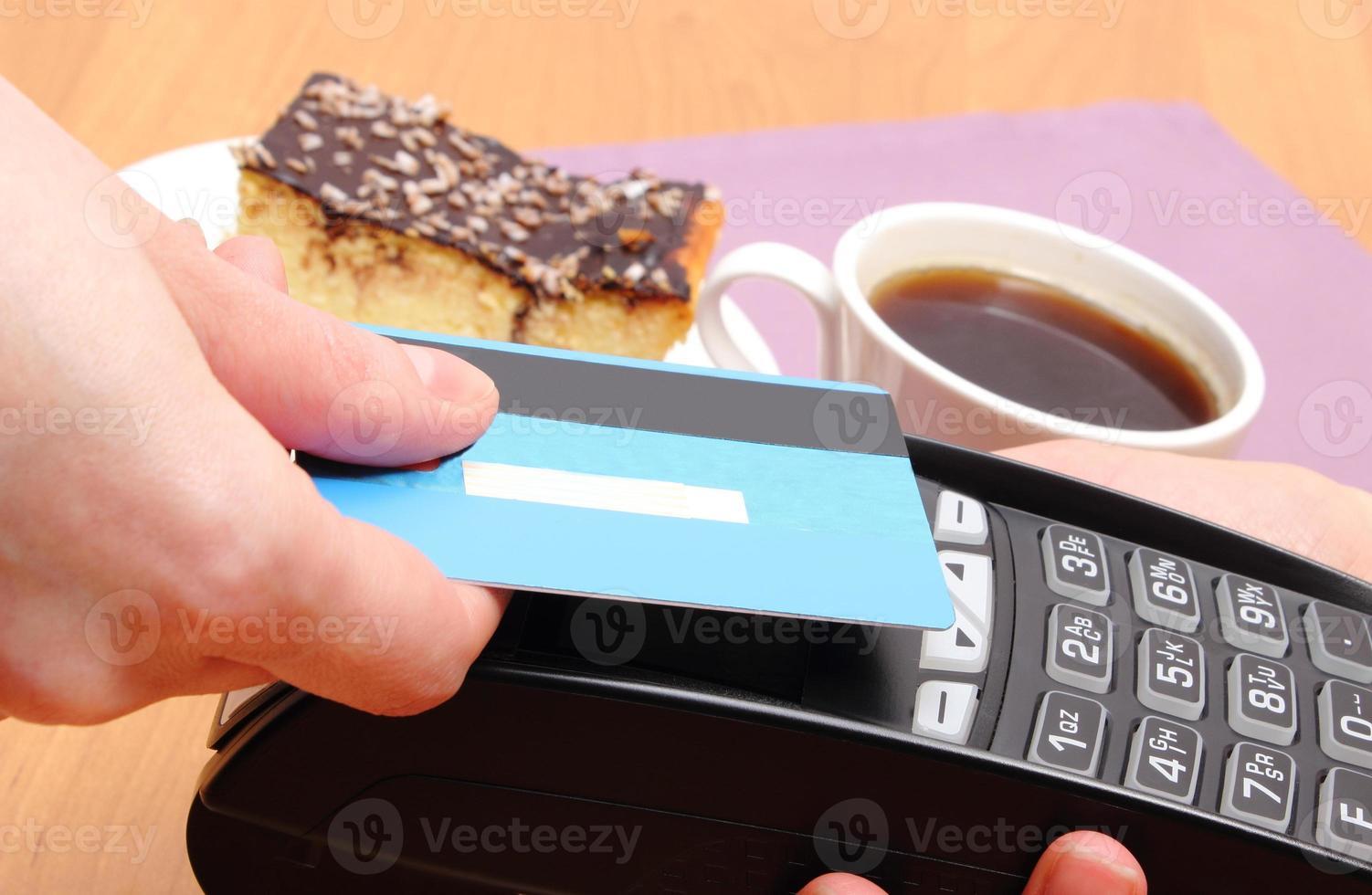 betala med kontaktlöst kreditkort i caféet, finans koncept foto