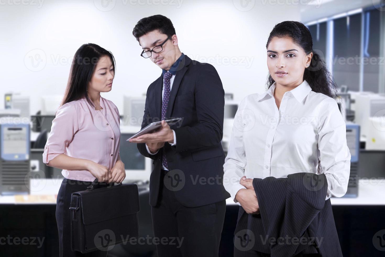 kvinnlig företagsledare med sitt team foto