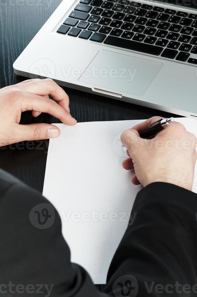 skriva i ett papper foto