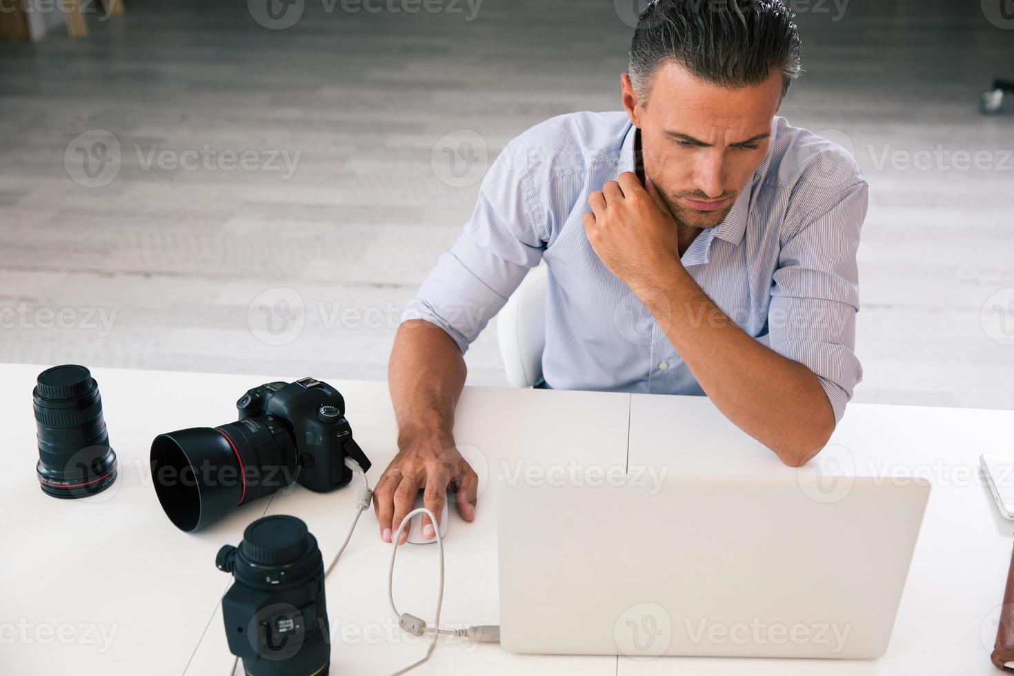 fotograf som använder bärbar dator foto