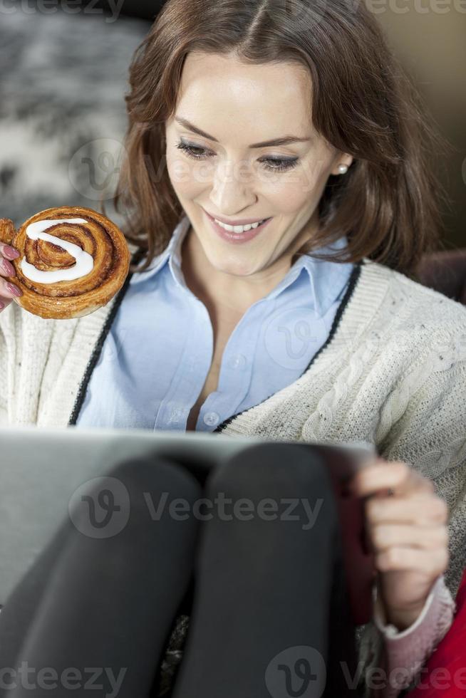 kvinna med laptop avkopplande foto