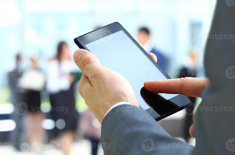 man använder en mobiltelefon foto