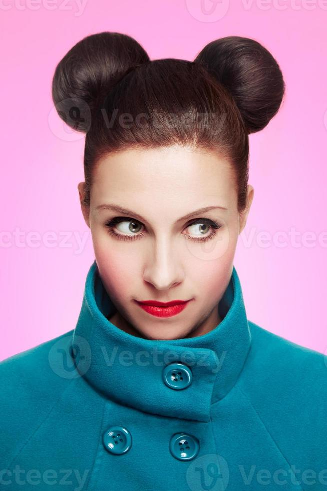 vacker kvinna med söt micky musstil. foto