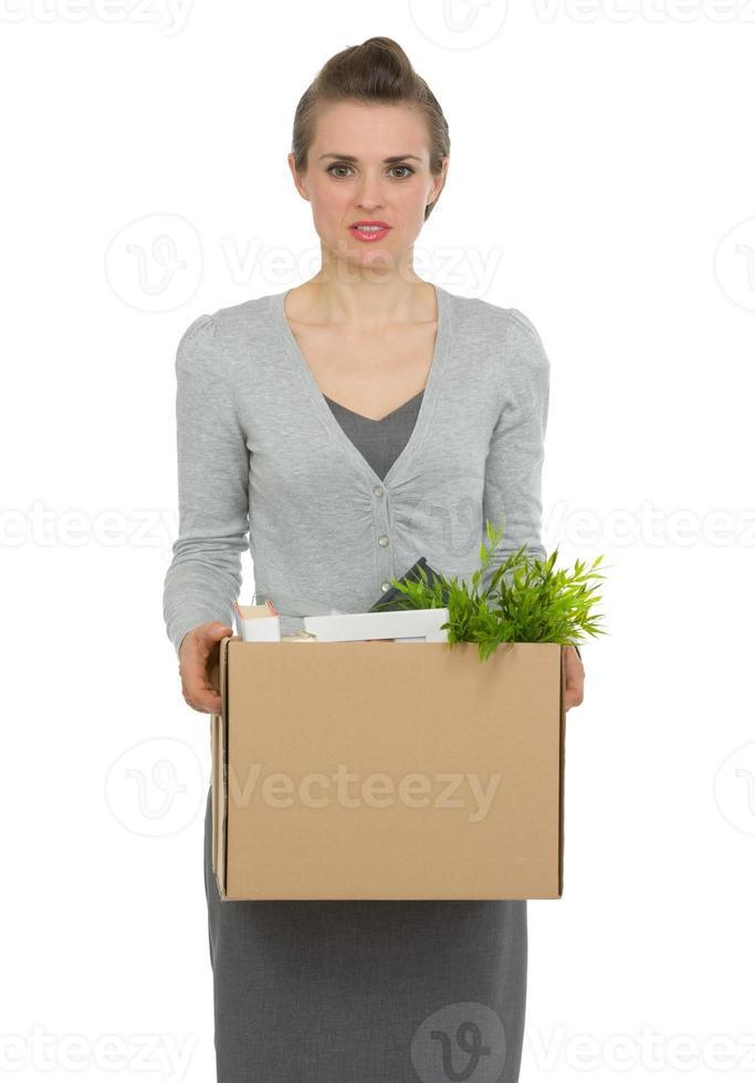 kvinna anställd hålla låda med personliga föremål foto