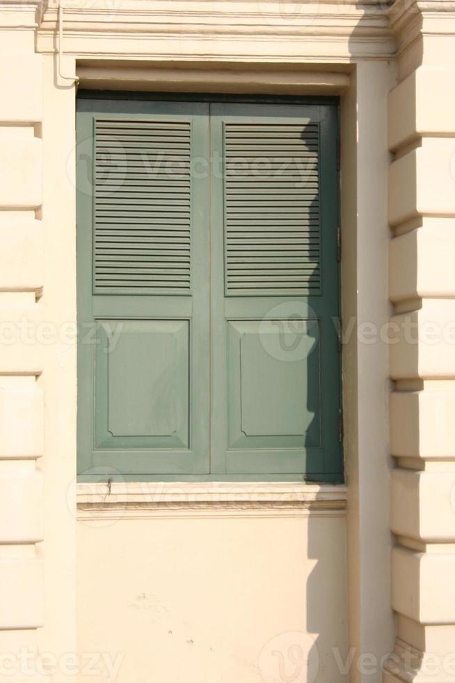 gammal fasad och grönt fönster foto
