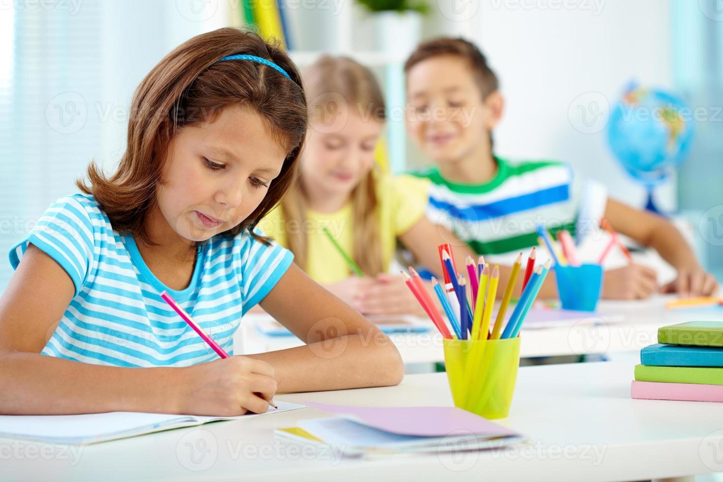 skolflicka på ritlektion foto