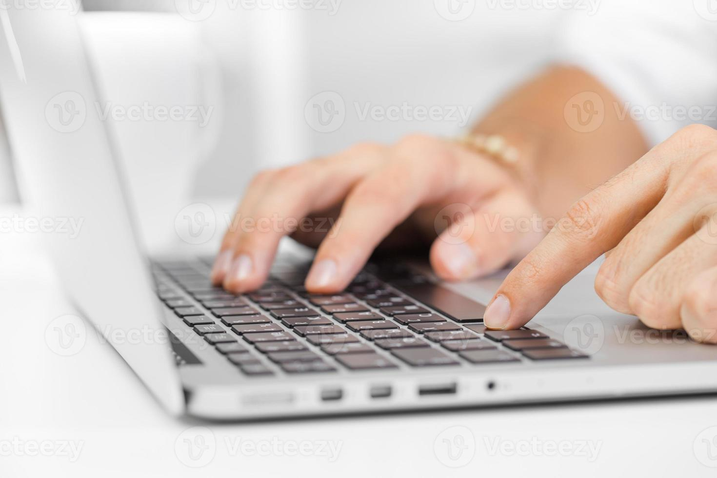 man som arbetar på den bärbara datorn foto