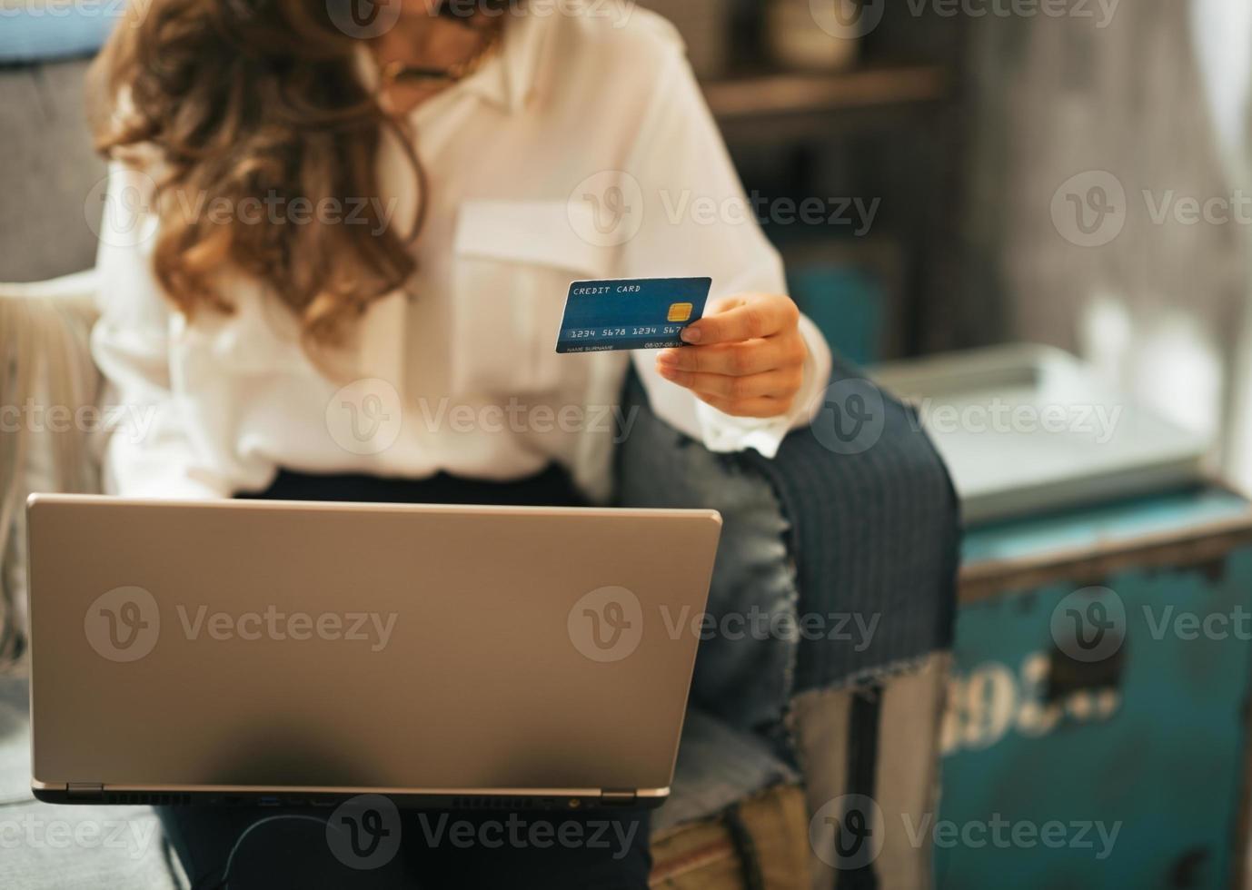 närbild på ung kvinna som gör online shopping foto