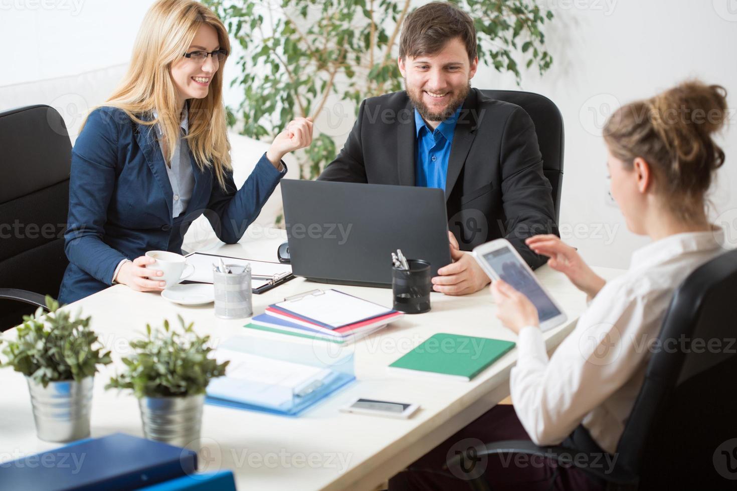teamarbete på kontoret foto