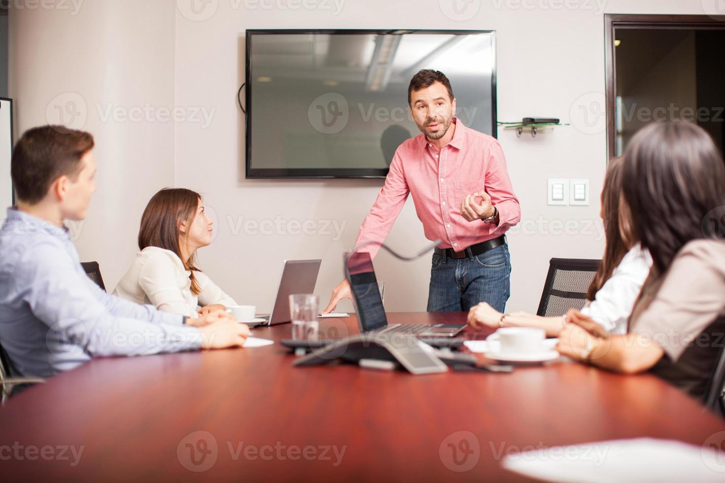 grupp människor i ett möte foto