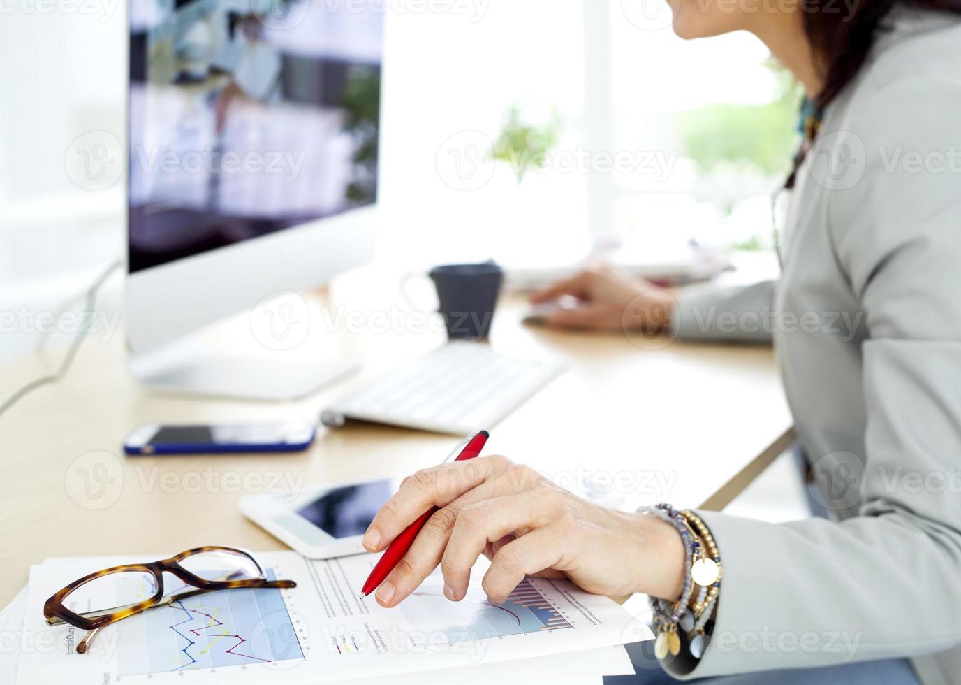 affärskvinna som arbetar på datorn foto