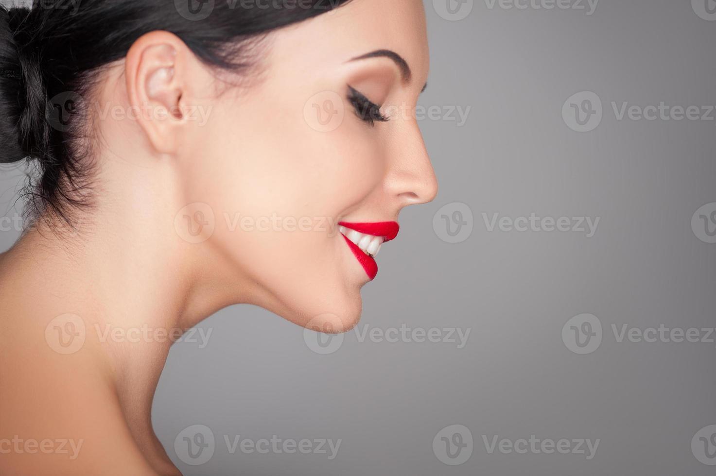 vacker ung flicka med vackert leende är avkopplande foto
