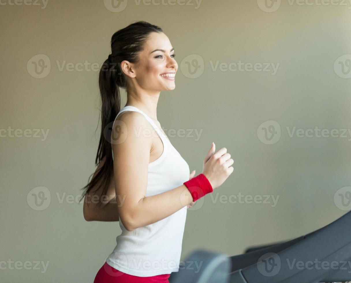 kvinna i gymmet foto