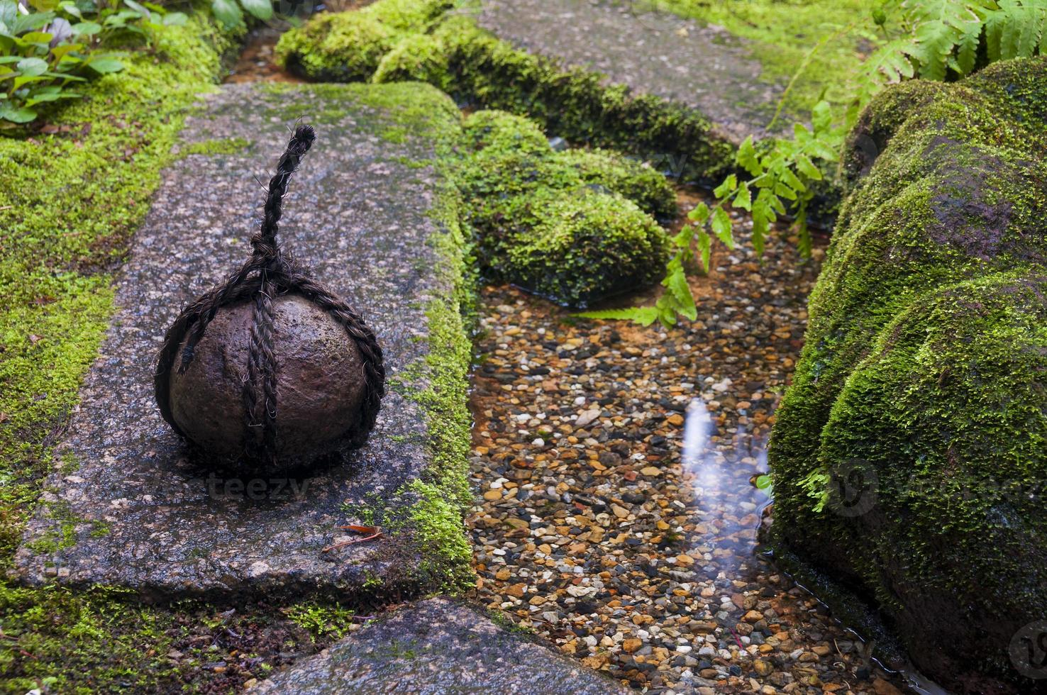 traditionell japansk vikt i zenträdgården foto