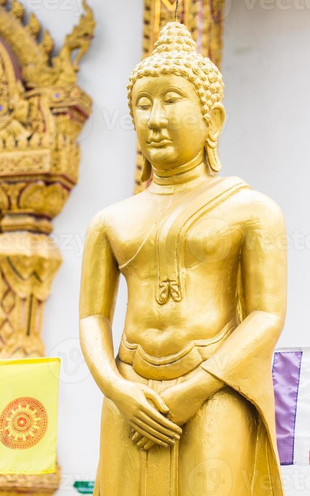 stående thailändska gyllene buddha staty foto