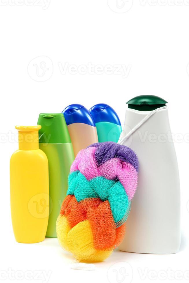 schampo och tvål i plastflaskor. foto