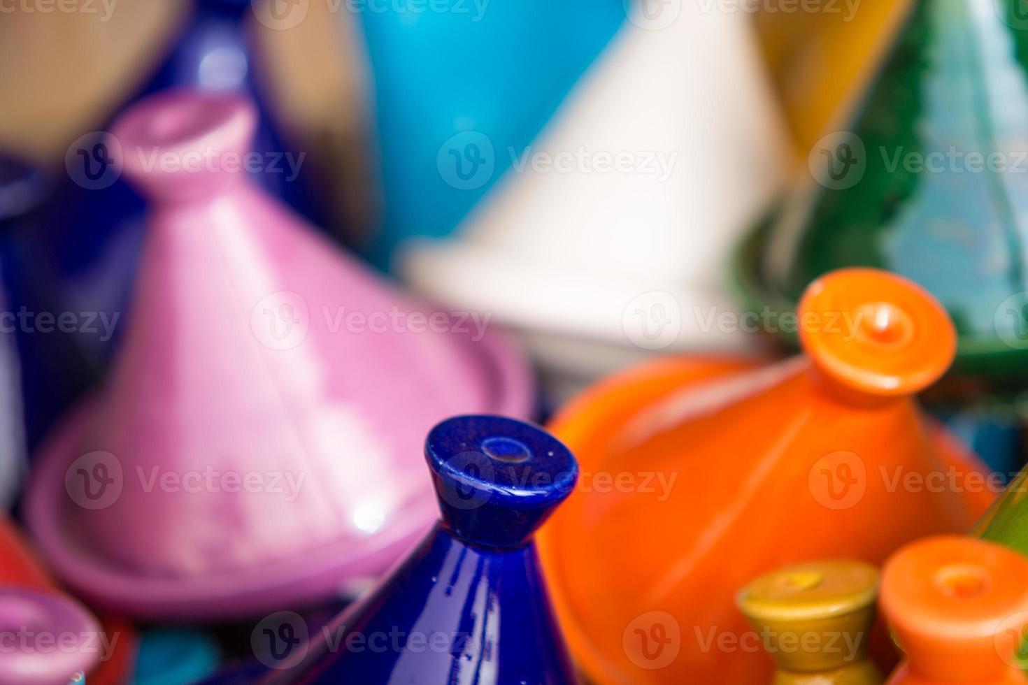 små färgade tajiner i souk, tiznit foto