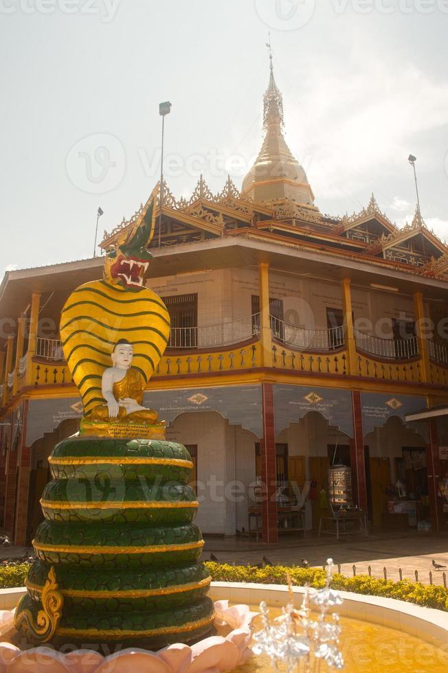 hpaung daw u pagoda i Inlesjön, Myanmar. foto