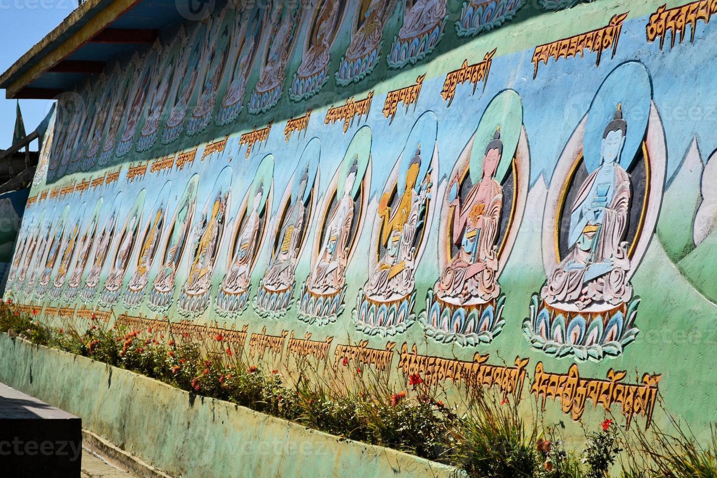 färgglada buddhaer på tempelväggen, Nepal foto