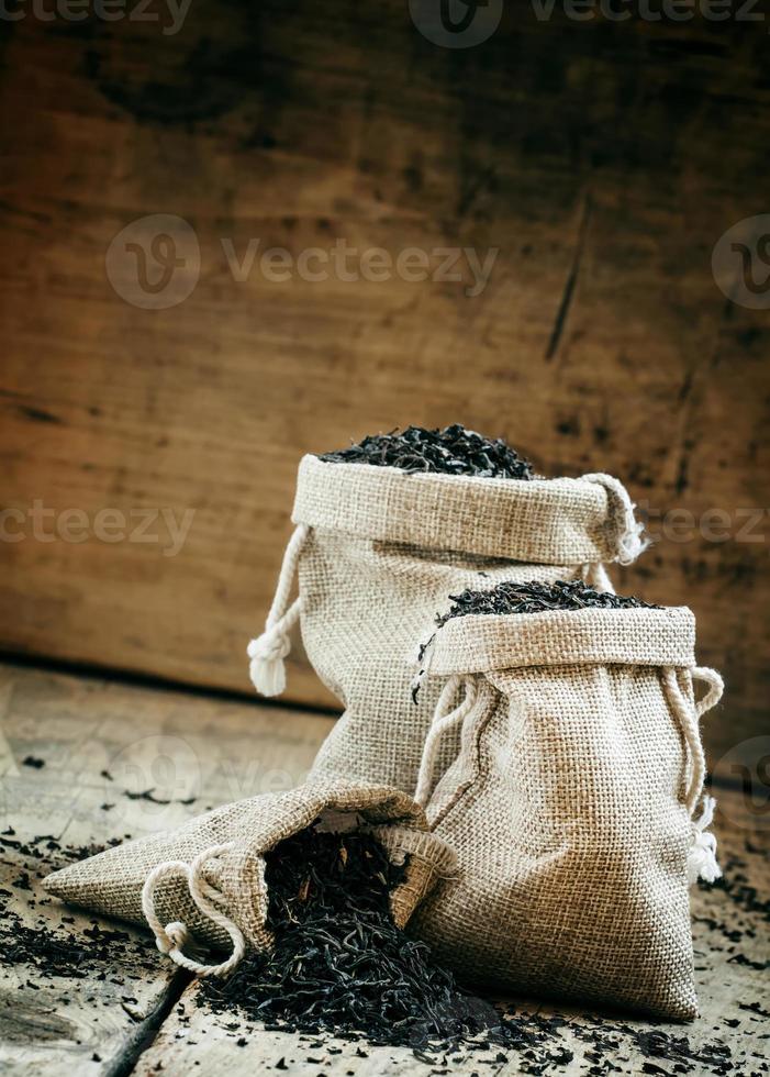 torrt svart indiskt te i säckvävspåsar foto