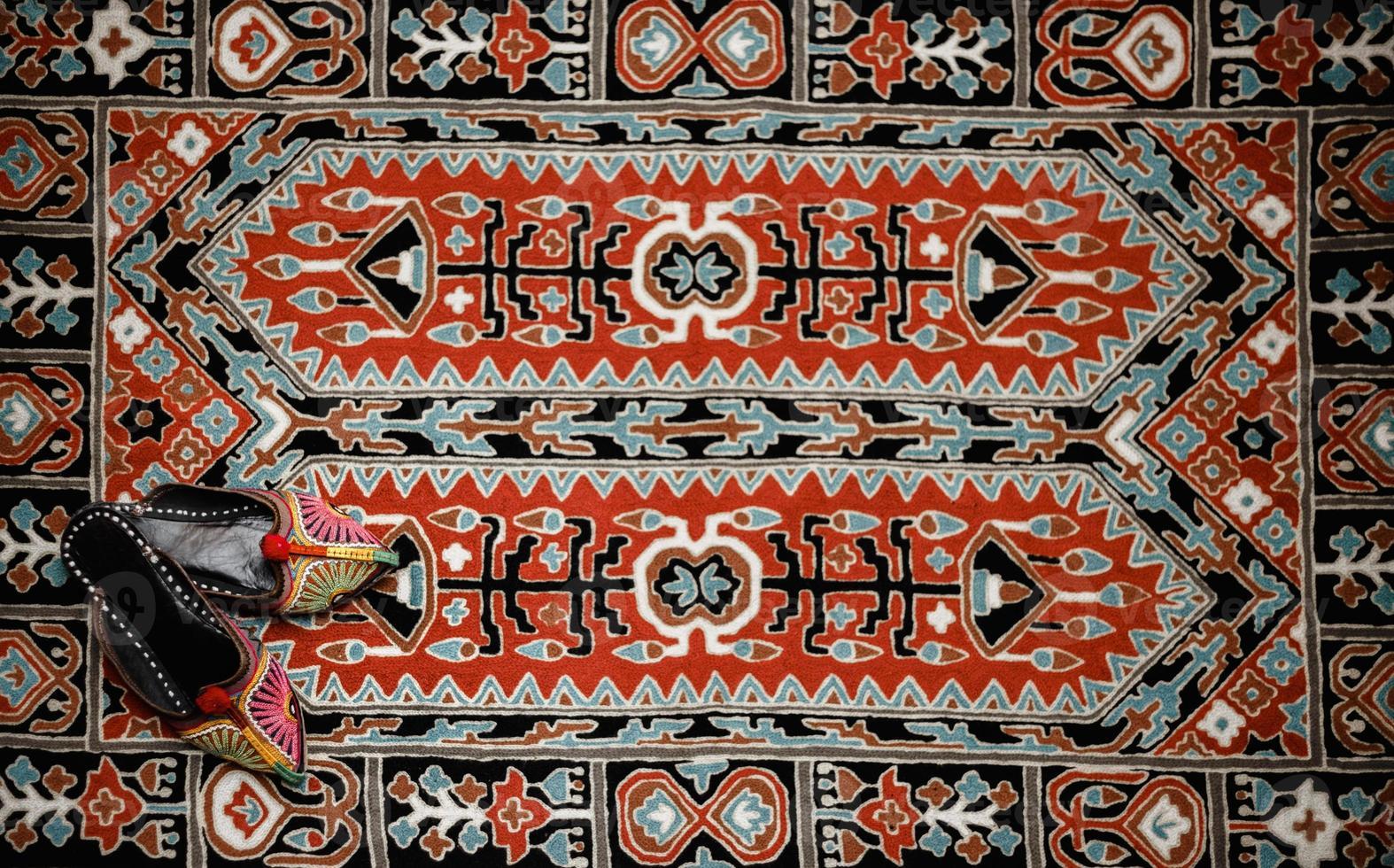 asiatisk interiör. matta och tofflor foto