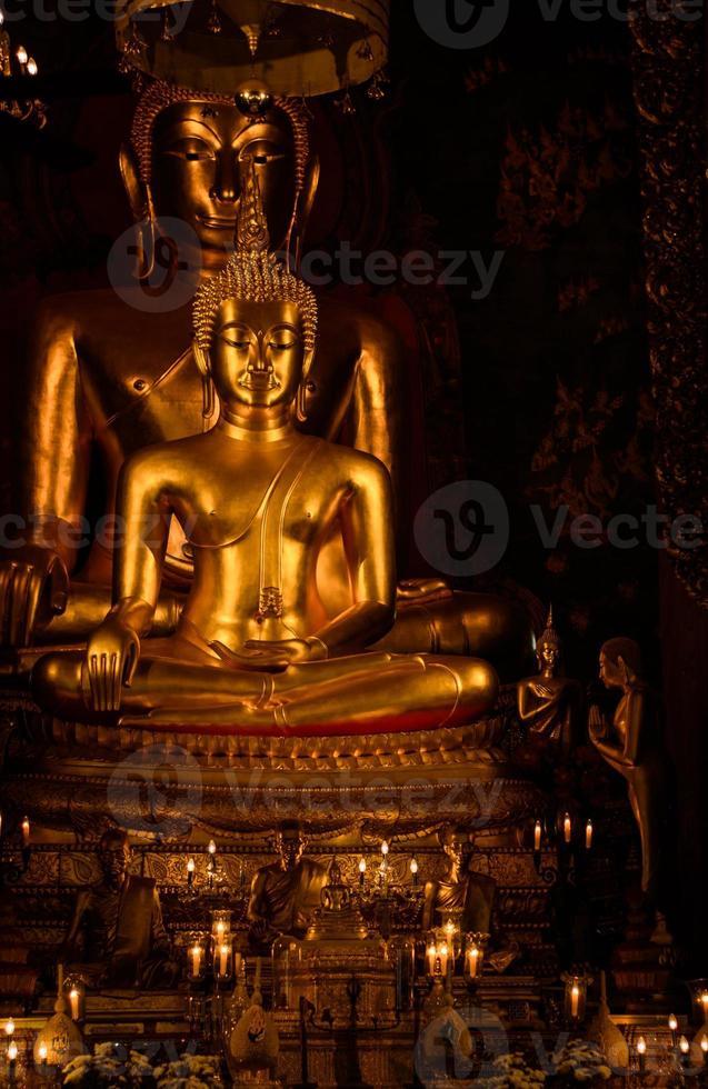 gyllene buddistiska staty foto