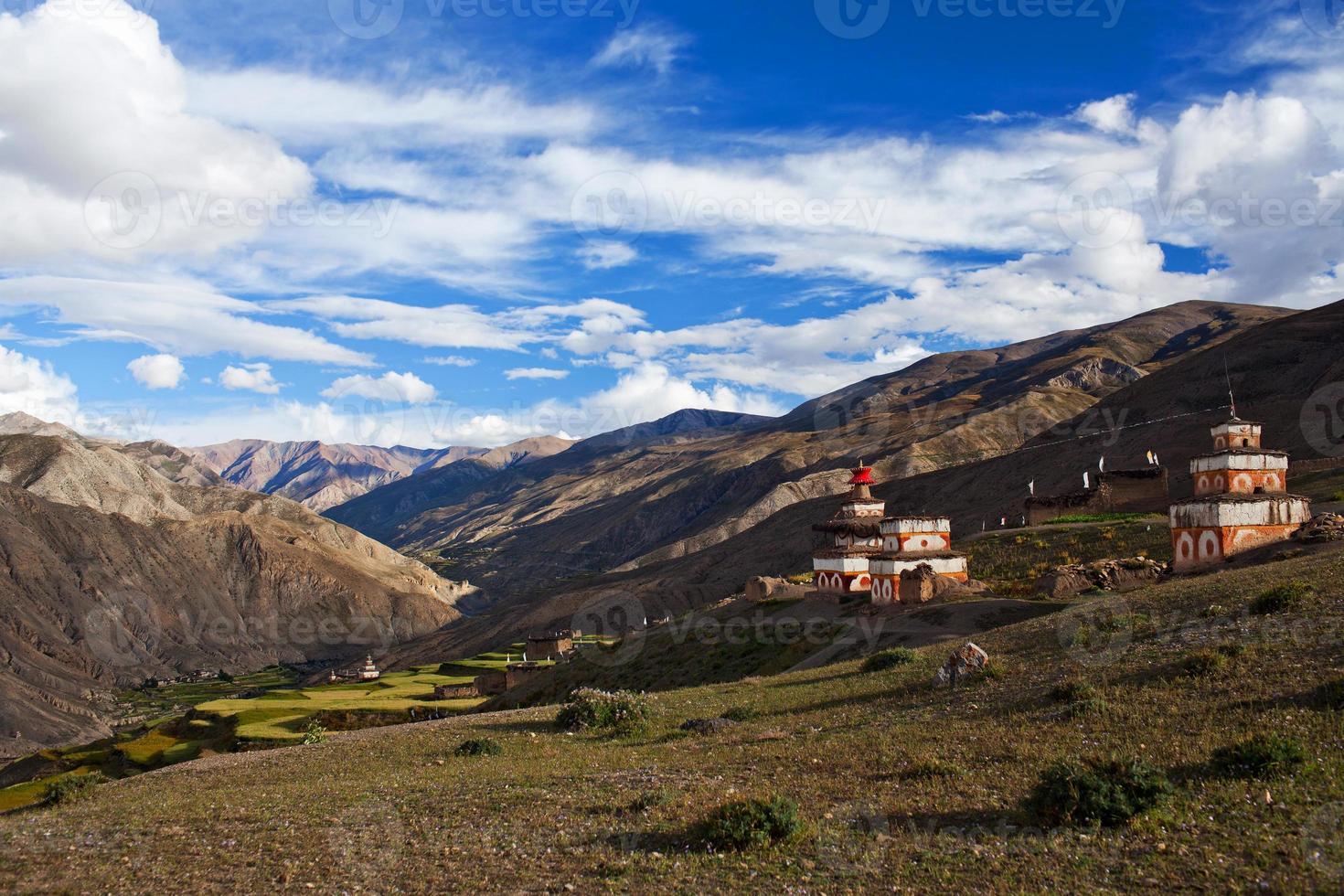 forntida bon stupa i saldang by, nepal foto