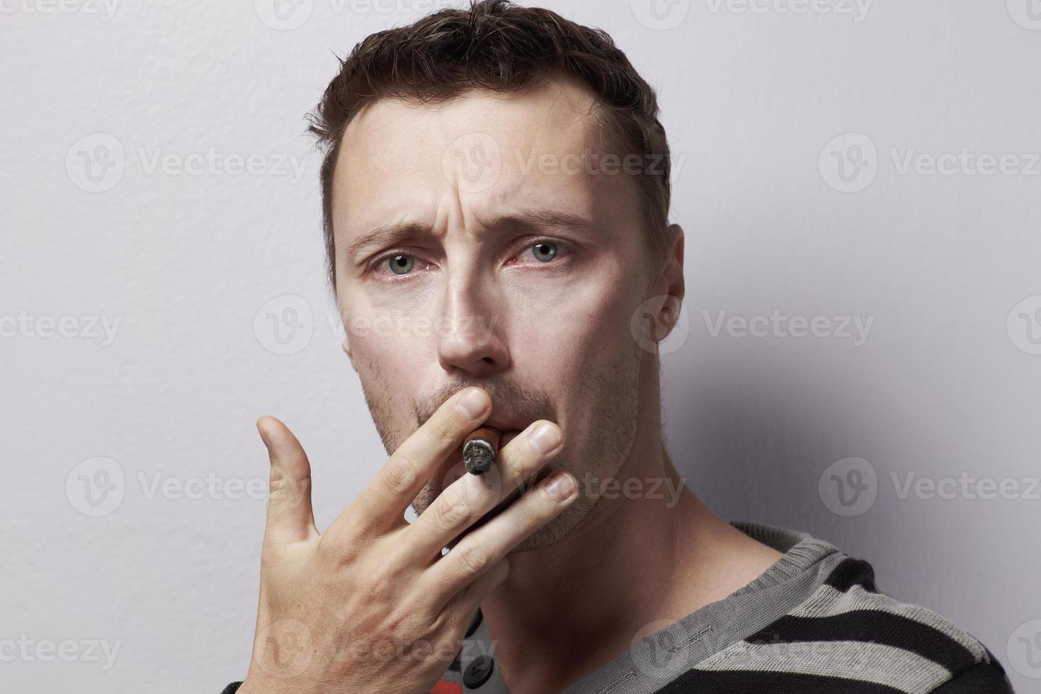 kaukasisk manstående med cigarr foto