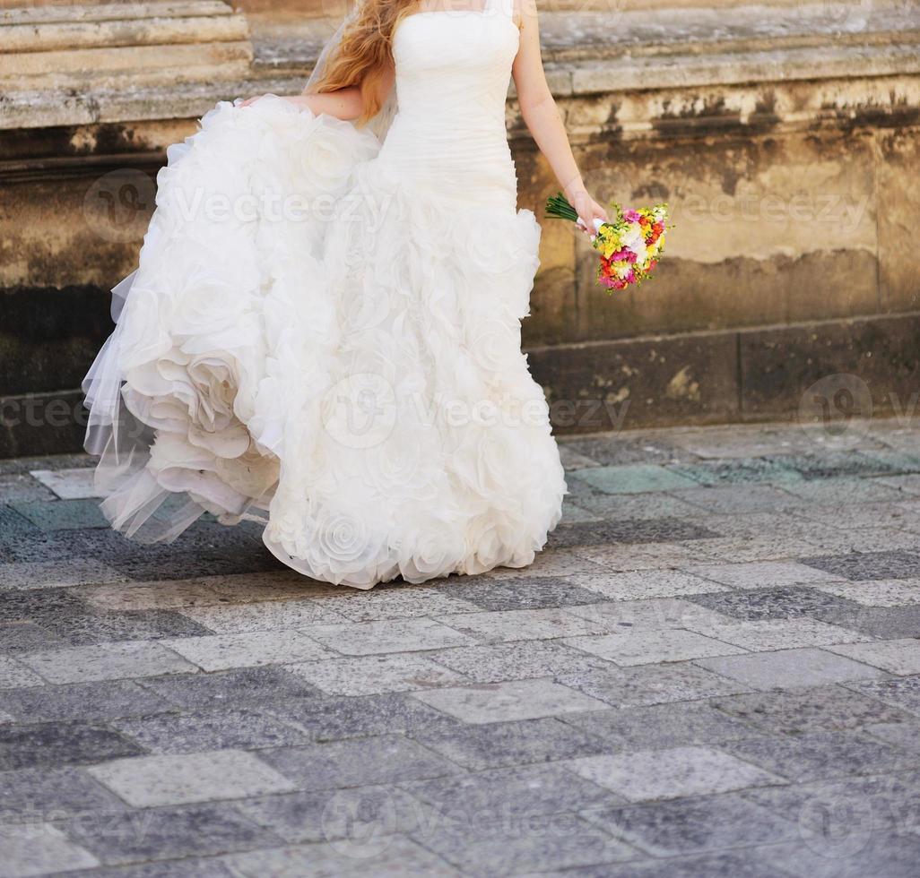 ung kaukasisk brud på bröllopsdagen foto