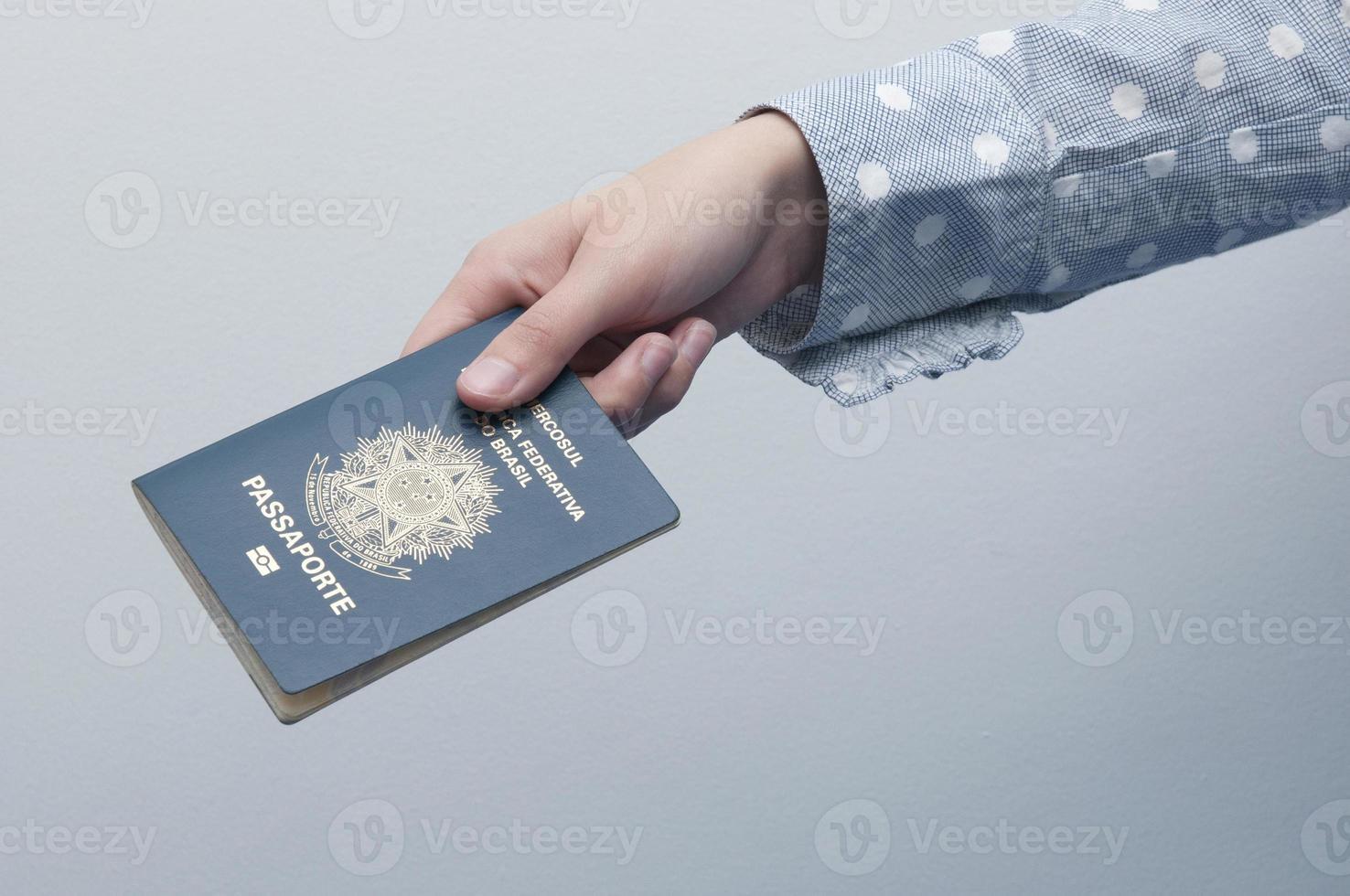 kaukasisk kvinna med ett brasilianskt pass foto