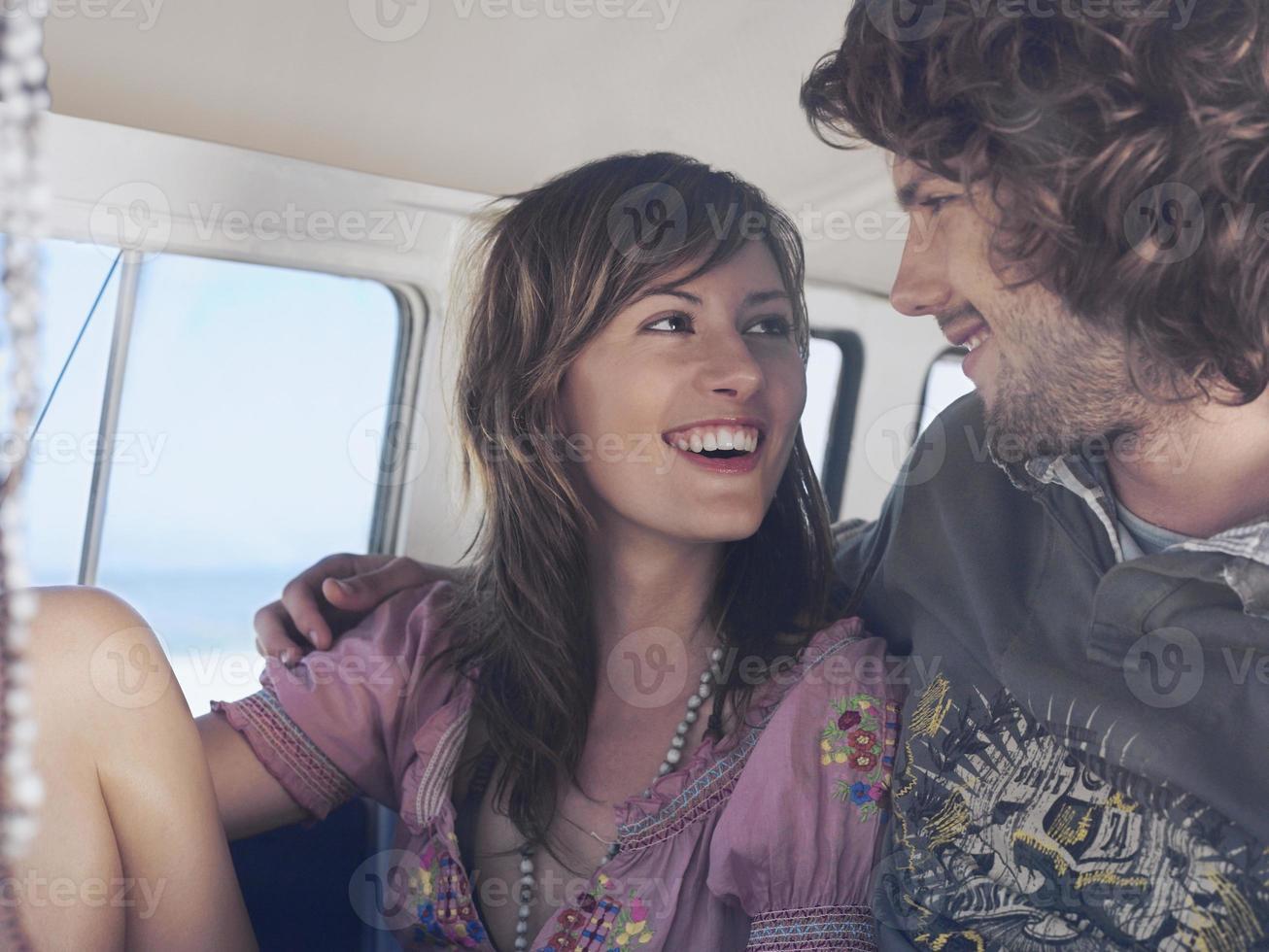 lyckliga älskande par i campervan foto