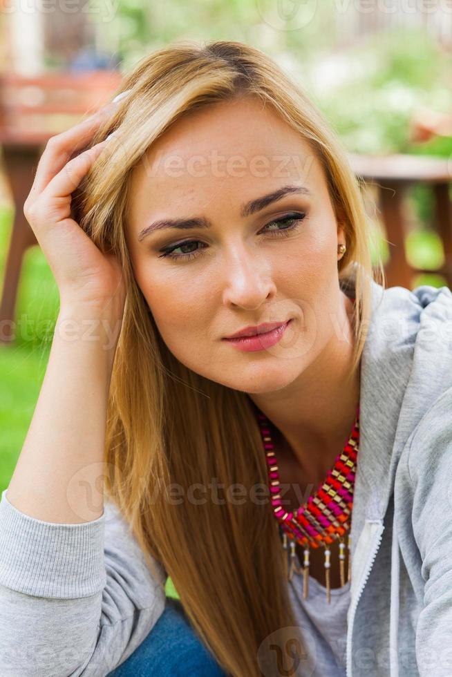 sommarflickastående. kaukasiska blonda kvinnan ler ia park. foto