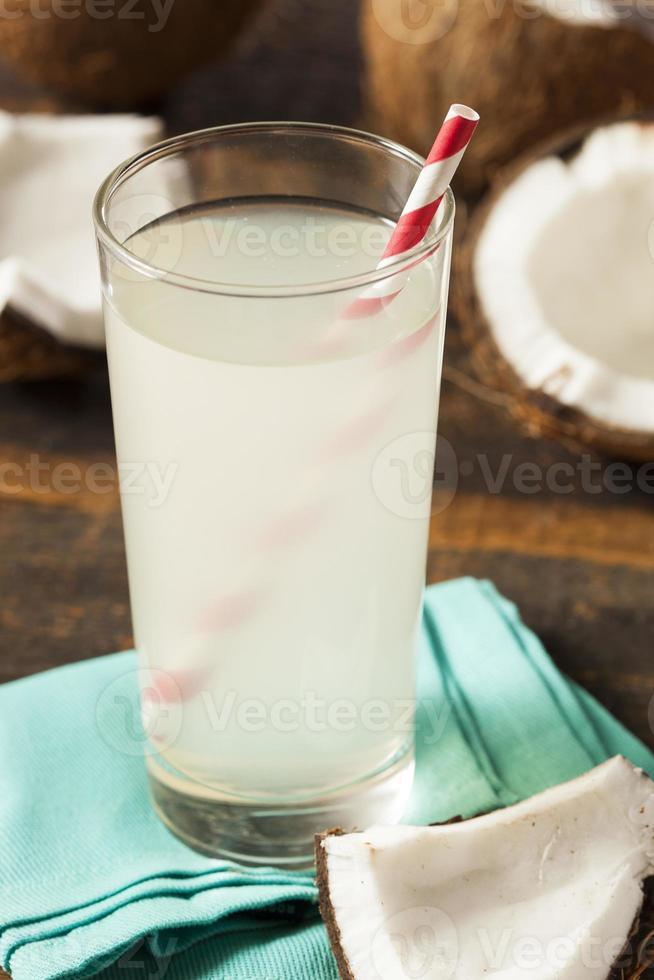 färskt organiskt kokosnötvatten foto