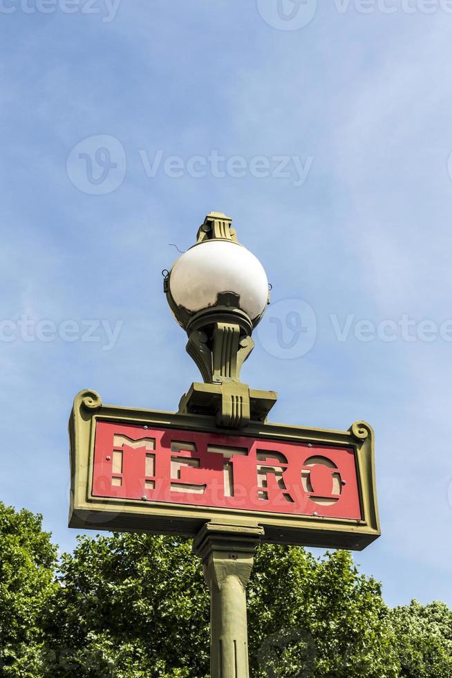 skylt vid en tunnelbanestationsingång i Paris foto