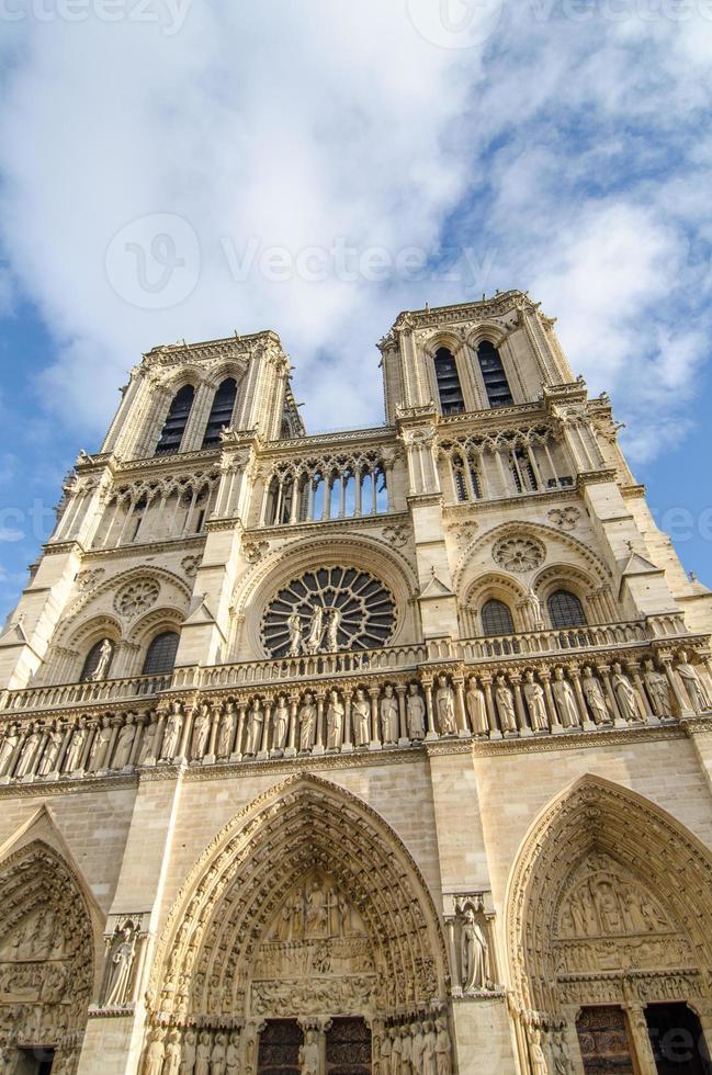 Notre Dame i Paris, med dramatisk himmel på bakgrund foto