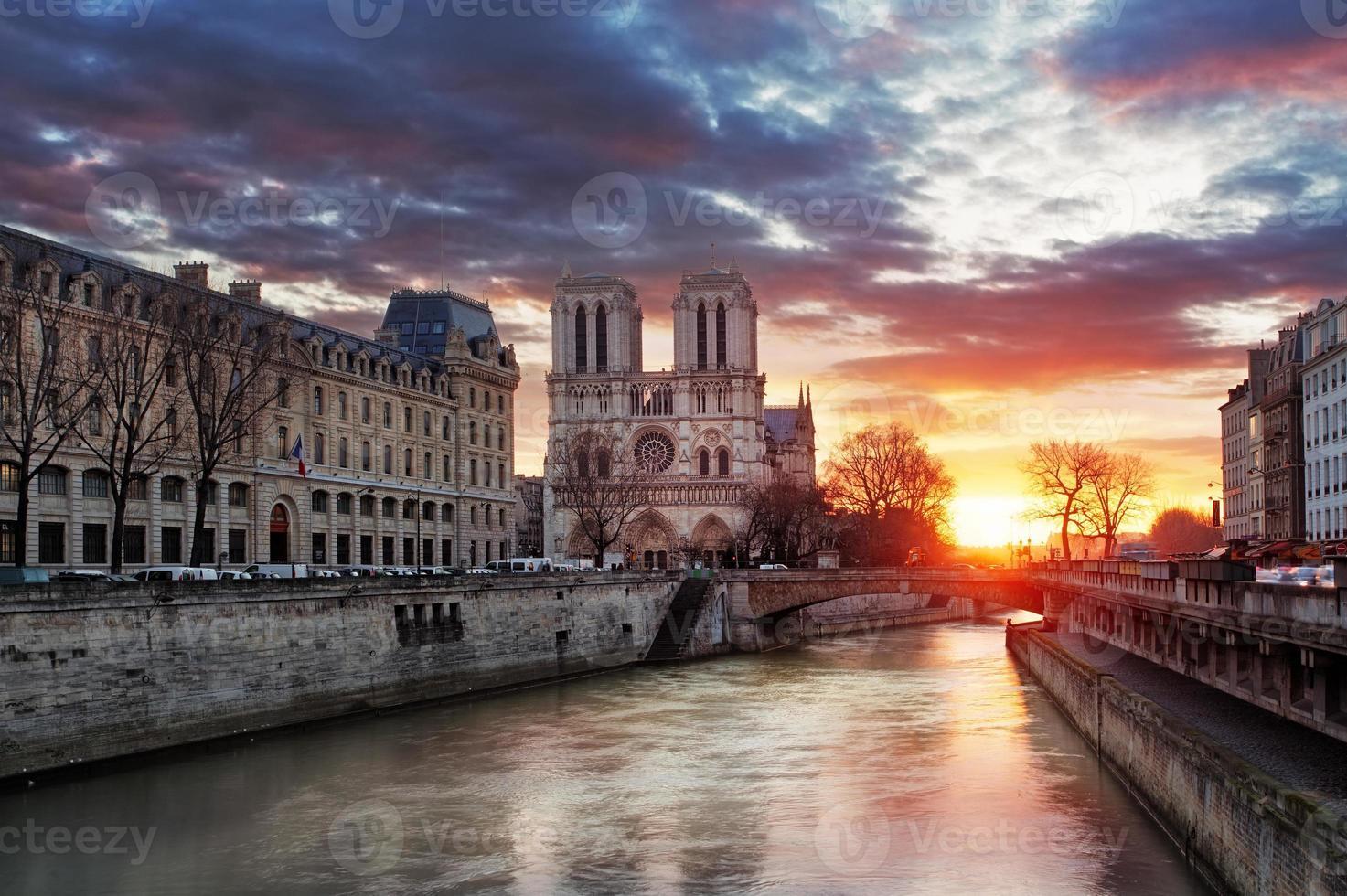 Notre Dame domkyrka vid soluppgången i Paris, Frankrike foto