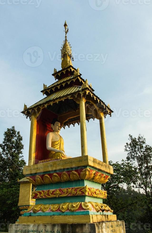 gyllene Buddhastaty på Chiangmai foto
