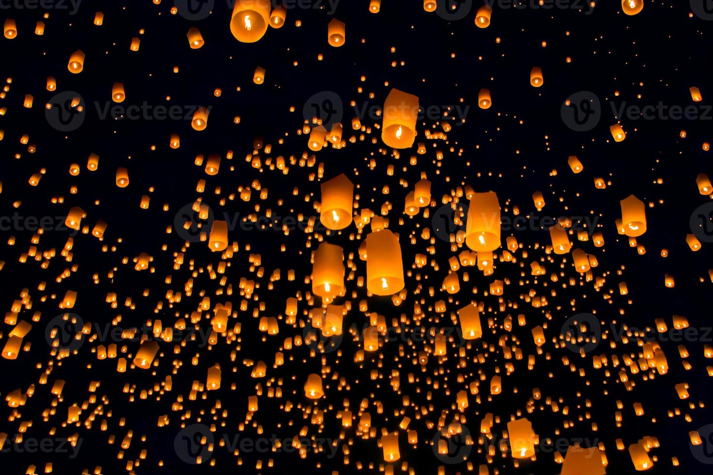 flytande lykta, Yi Peng Balloon Festival i Chiangmai Thailand foto