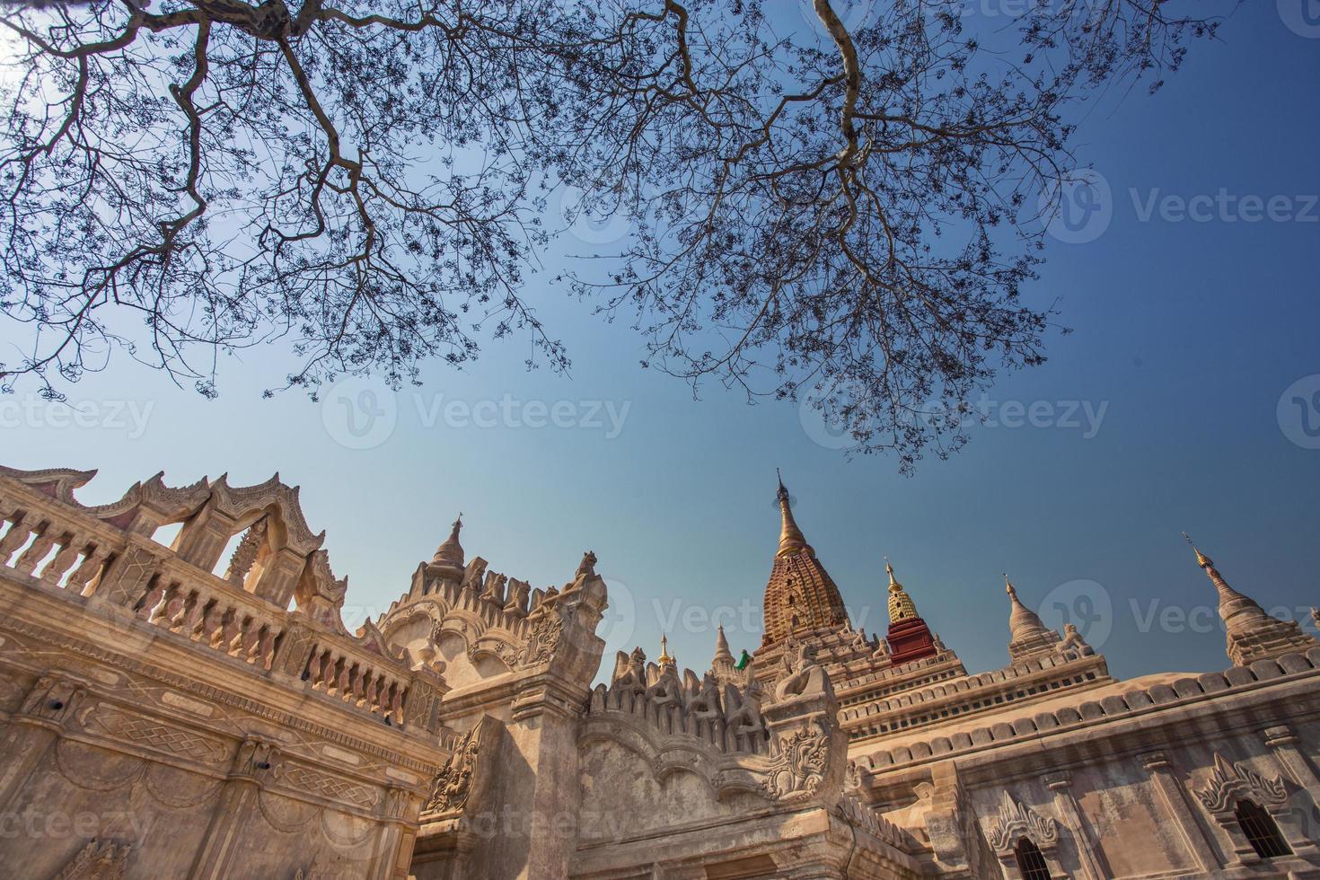 ananda tempel i blå himmel foto