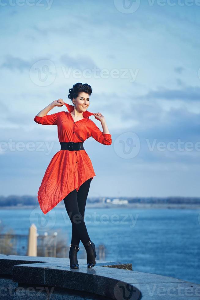 flicka vid vattnet foto