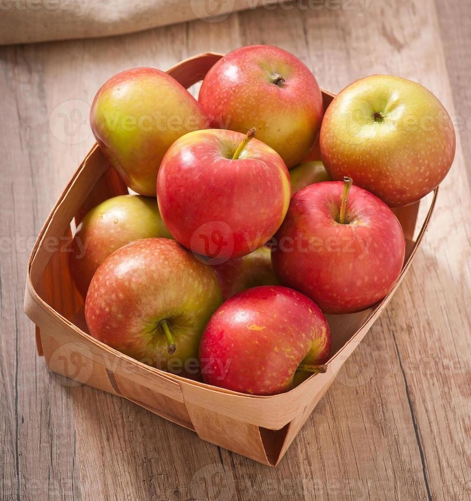 mogna röda äpplen på träbakgrund foto