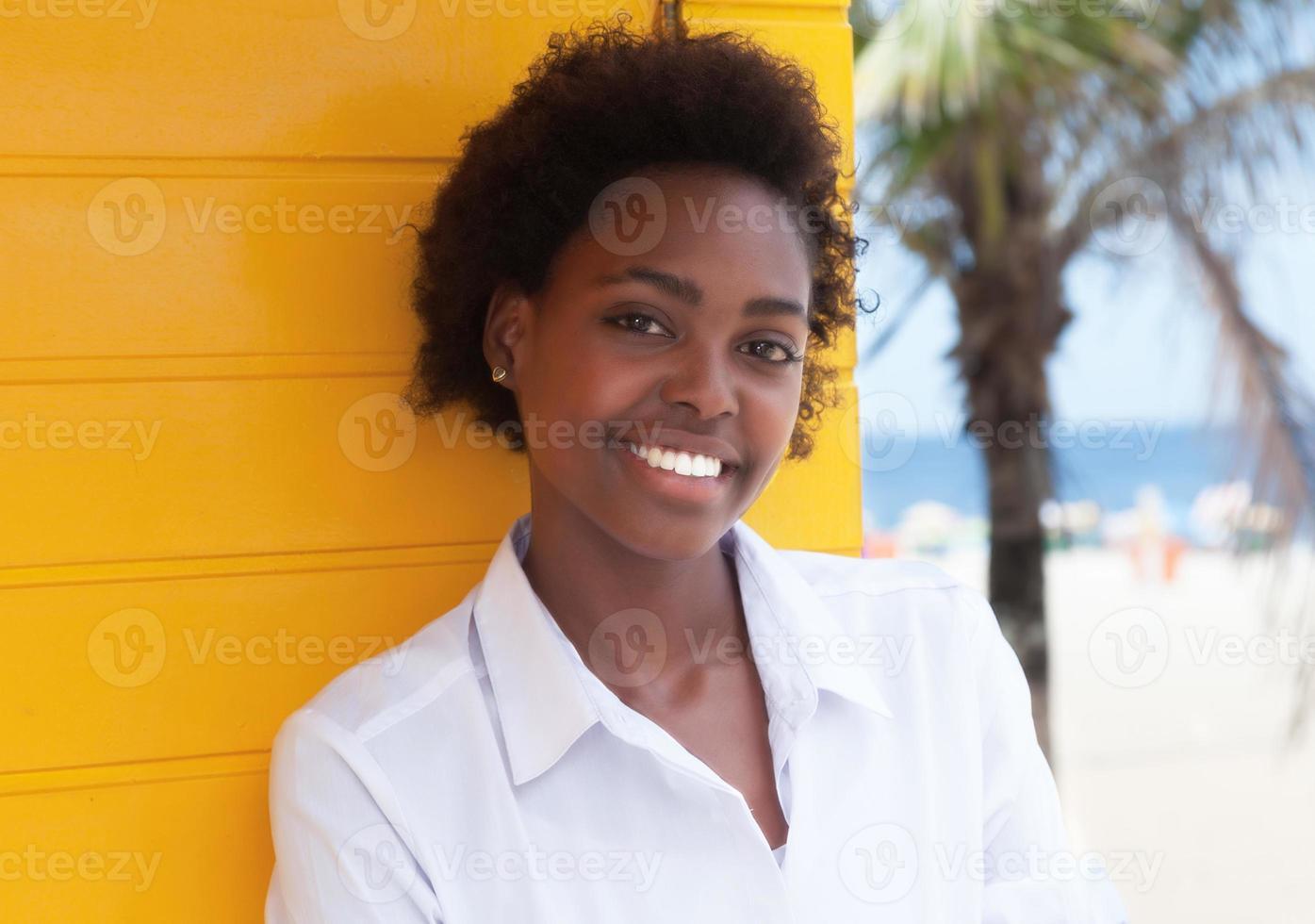 skrattar afroamerikansk flicka nära stranden foto