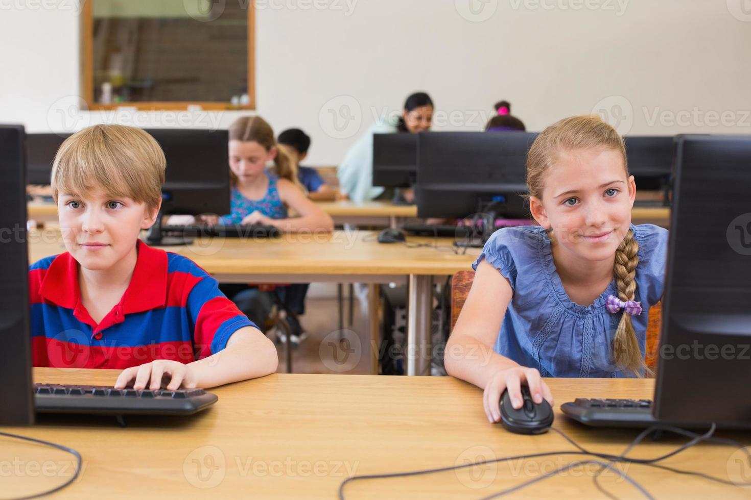 söta elever i datorklass med lärare foto