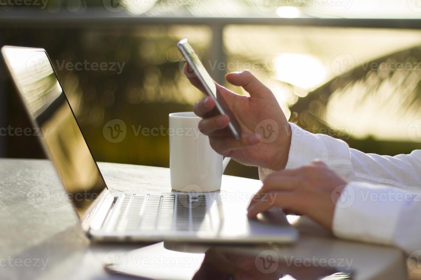 affärsman på morgonen med en mobiltelefon foto